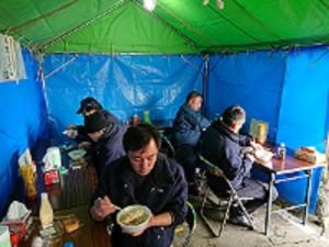 会場で食する乗務員