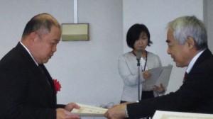 表彰を受ける中村さん